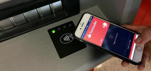 Saca dinero del cajero mediante Apple Pay